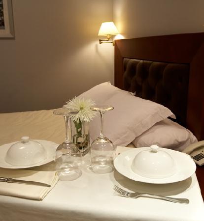 Hotel Juanito: Room Service 24 horas y además posibilidad de recibir la prensa si así lo desea por la mañana.
