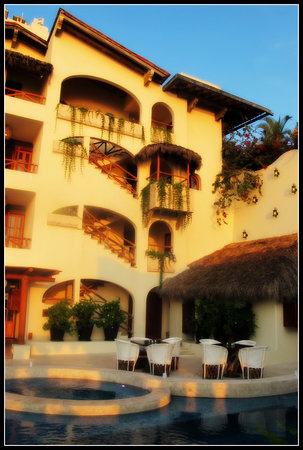 ‪‪Hotel Playa Fiesta‬: This is the hotel at sunset, it really looks like this every night!‬