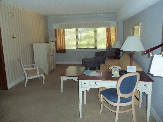 Boulevard Inn: Entry, desk, fold out bed/couch/tv/sitting area.