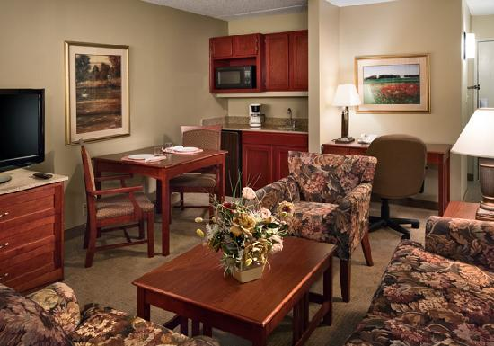 Clubhouse Inn & Suites - Topeka: Suites feature a spacious living area.