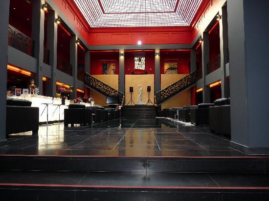 Hall d 39 accueil au centre le sol est une verri re au for Hotel design rouen