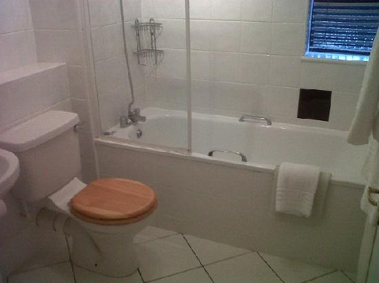 Stanton Manor Hotel: Bathroom. To my mind, dated