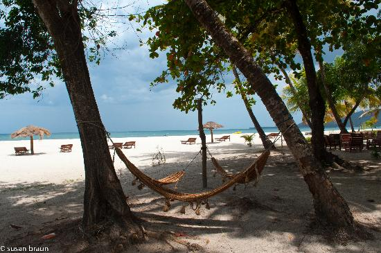 Tokeh Sands Beach Resort: Hammocks to relax in