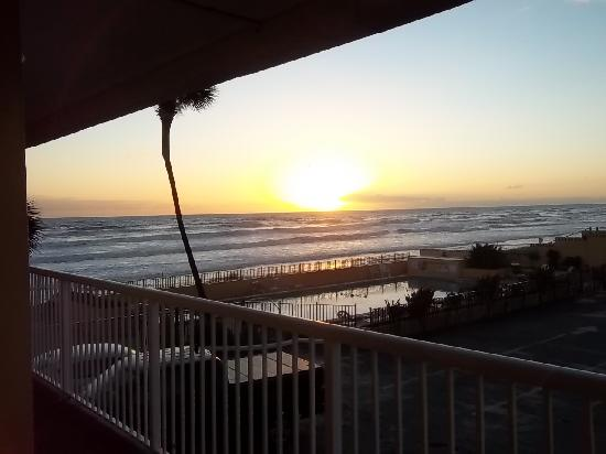 Quality Inn & Suites On The Beach: Sunrise