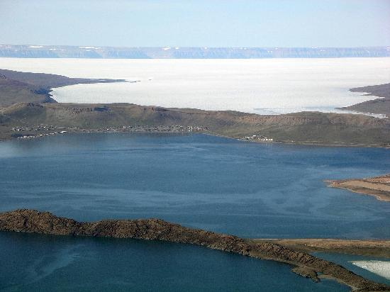 Arctic Bay, Kanada: View from the southeast