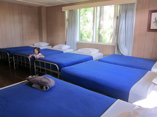 Villa Cordillera : Rose room for a family of six. Metal beds with crisp linens.