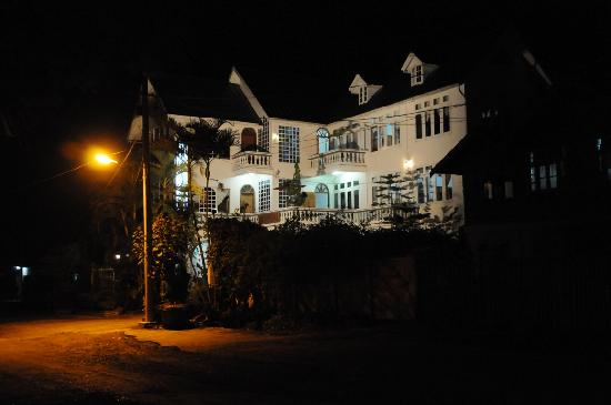 Dream Villa Hotel : Night view of the villa