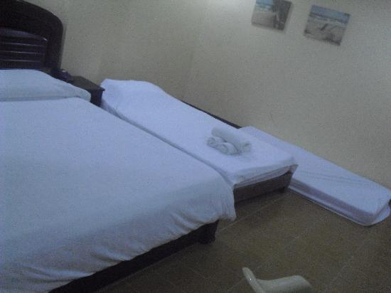 Boracay Peninsula Resort: 1 king bed, 1 single and 1 extra matress