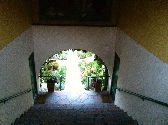 Manzanita Cottages: The stairs to the property