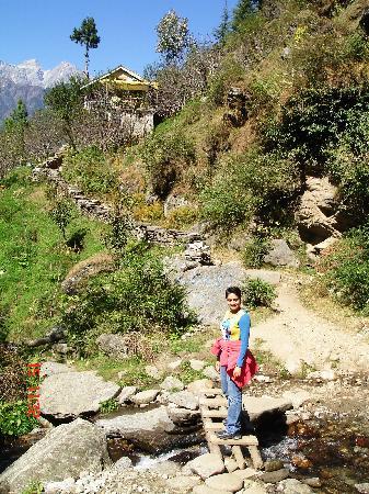 Jogini waterfall: Way to Jogini - ahead from the bridge & cafe