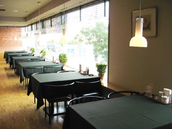 Smile Hotel Tomakomai: キャリオカ 日差しが差し込む明るい店内