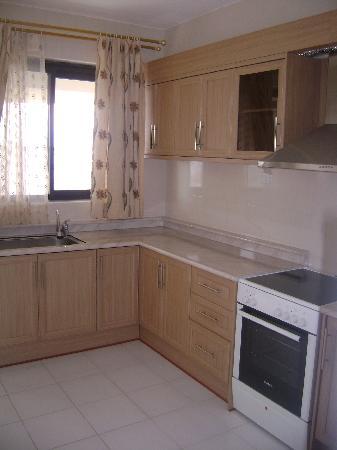 Altis Apartments : Kitchen