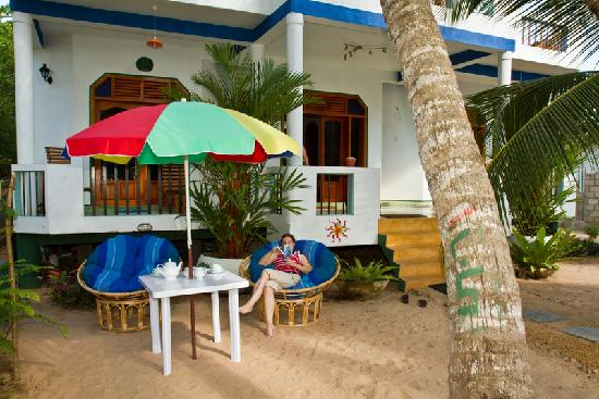 Hotel Frangipani Beach Villas: Relaxing chairs