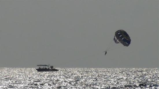 Taj Holiday Village Resort & Spa: Parasailing at Baga