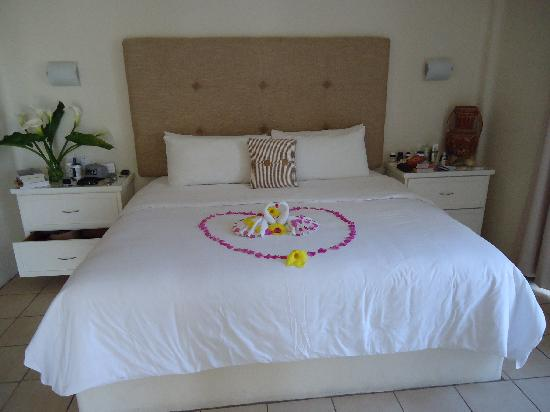 Mision de los Arcos: Our room, every day the staff created a different flower arrangement.