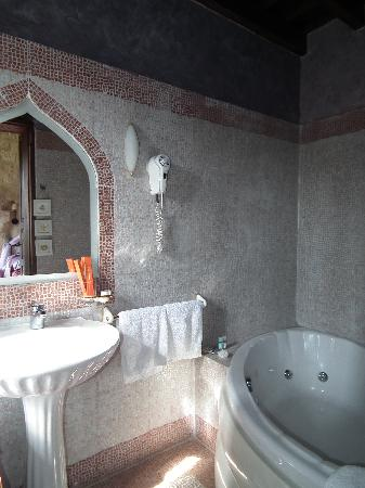 S. Nikolis Hotel & Apartments: Bathroom