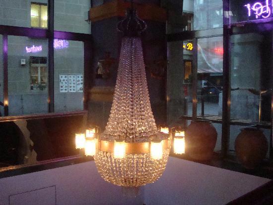 Kornhauskeller : Hall pour descendre dans le restaurant