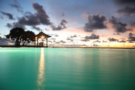 Saman Villas: sunset at the pool