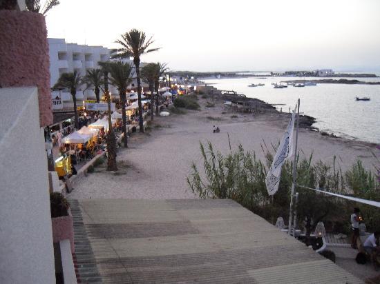 Hotel Apartamentos Portu Saler: la vista dal terrazzo: passeggiata di Es Pujols