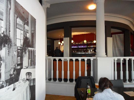 Westende, Belgique : vue sur le bar de la salle du restaurant..