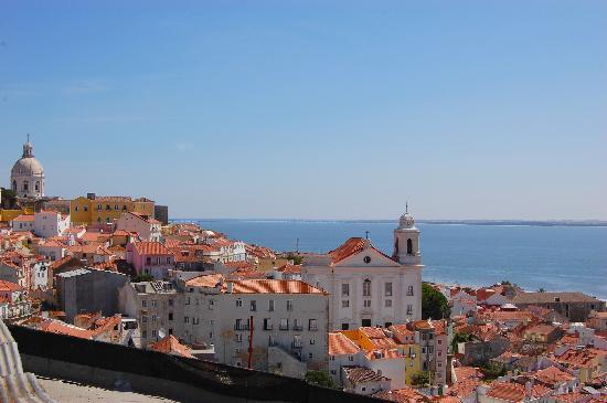 Miradouro de Santa Luzia: vista sulle costruzioni principali di Lisbona