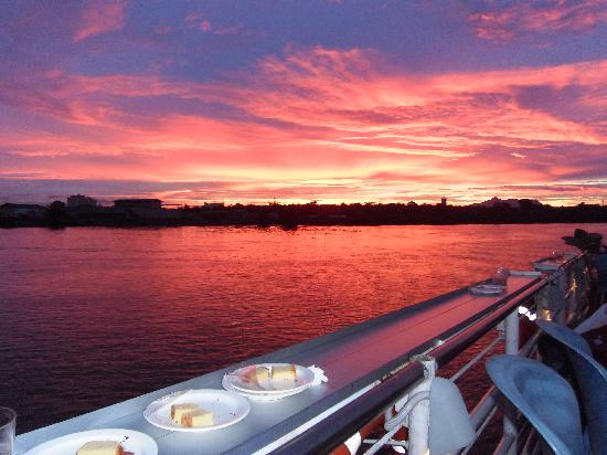Sarawak River Cruise: The fiery sky as seen from the ferry