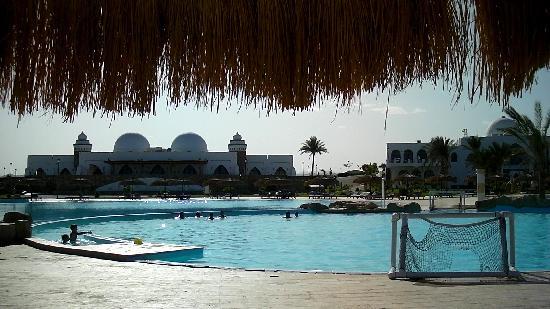 Gorgonia Beach Resort: Piscine et restaurant principal