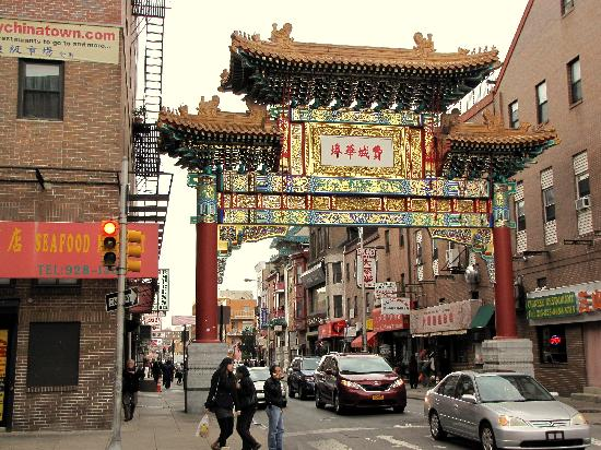 Days Inn Philadelphia Convention Center: Entrance to Chinatown....a block from the hotel!!