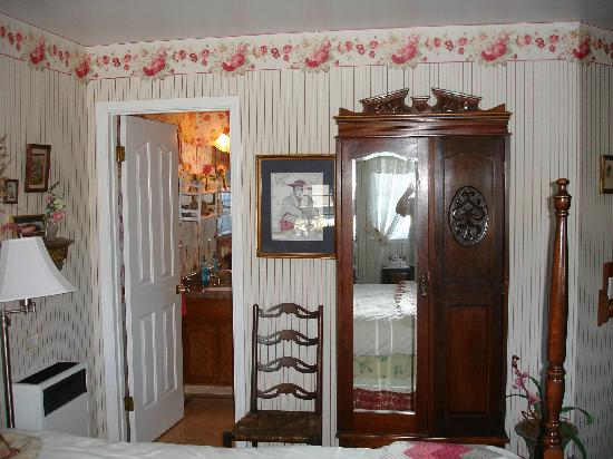 Marina Street Inn Bed and Breakfast: Rambling Rose room