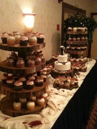 Ramada Plaza Rochester Airport : Cake Table