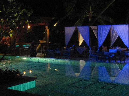 Tango Luxe Beach Villa: beach bar at night