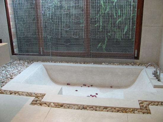 Tango Luxe Beach Villa: giant bathtub