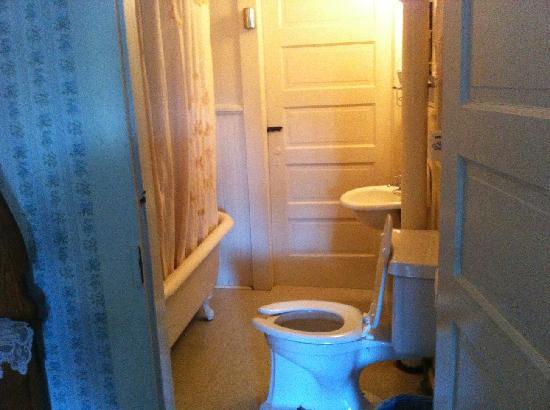 Jarrett House: small (but clean) bathroom