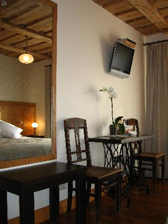 Martinelli: Comfortable double room with a nice view to the main but quite street of the town