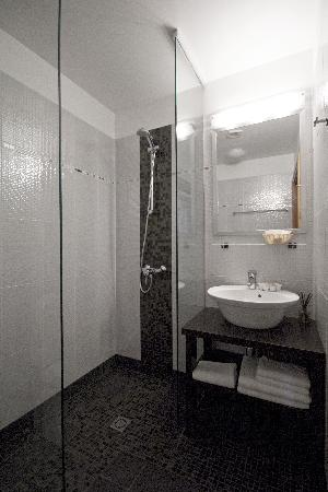 Martinelli: Bathroom with shower