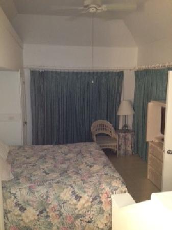 Paradise Island Beach Club: King bedroom.