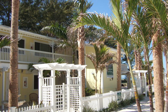 Anna Maria Island Beach Resort: Front of building