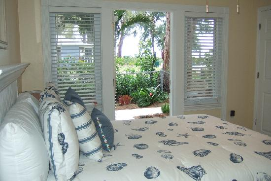 Anna Maria Island Beach Resort: Bedroom area with access to garden