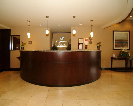 Comfort Suites Forest Park : Front desk