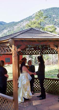 Rocky Mountain Lodge & Cabins: Gazebo Wedding