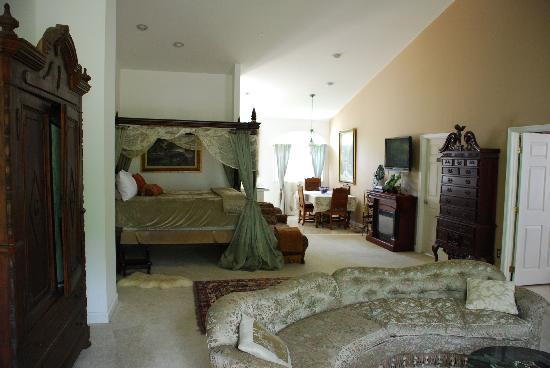 Stone Manor Boutique Inn: The 1200 square foot Manor Suite awaits with firplace and two-person Jacuzzi tub