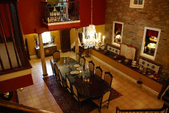 Stone Manor Vineyard & Orchard B&B: Begin your day with a six-course plated breakfast in Stone Manor's Dining Hall