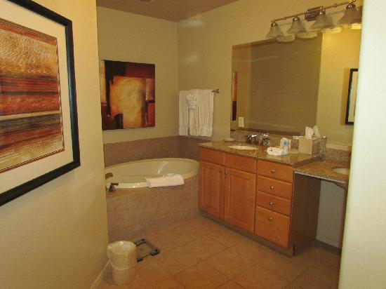 Wyndham Green Valley Canoa Ranch Resort: Large on suite bathroom