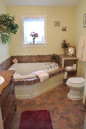 A Scented Garden Bed and Breakfast: Double jacuzzi tub