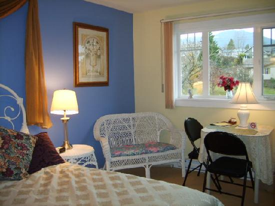A Scented Garden Bed and Breakfast: The bright Mountainview room