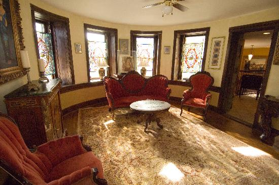 Stone Manor Boutique Inn: Enjoy casual conversation in the Parlor