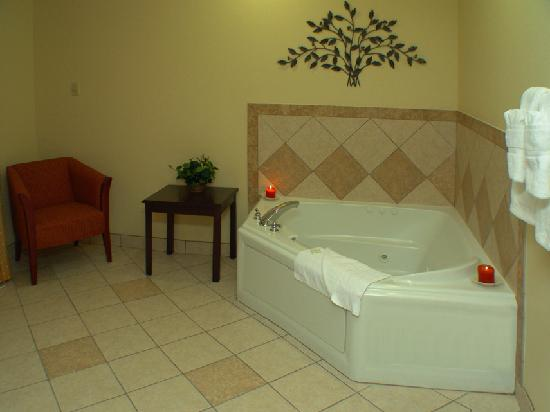Comfort Suites Eugene: The jacuzzi in our beautiful King Jacuzzi Suite