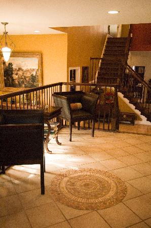 Stone Manor Boutique Inn: Grab the morning newspaper or greet other guests at the Entry Hall