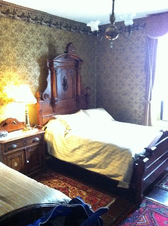 Beaver Hall B&B: My bedroom in the heritage room.