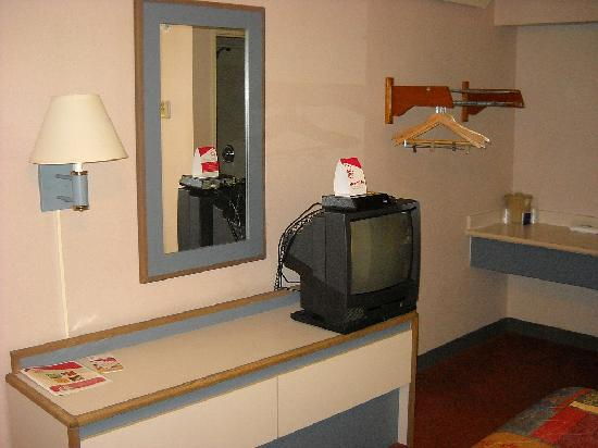 Red Roof Inn Atlanta - Norcross: Basic furniture and tv in my room